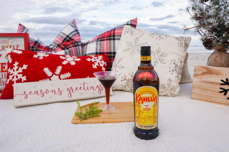 Cold brew martini on the beach with Kahlúa // holiday inspired happy hour #happyhour #beachside #coldbrewmartinis
