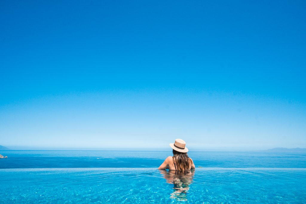 Travel blogger at the rooftop pool at Hotel Mousai